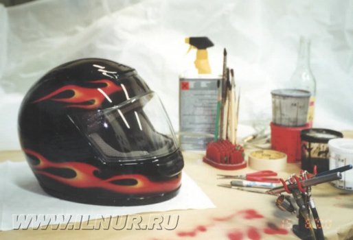 «2 глаза между 2-х огней» аэрография на шлеме
