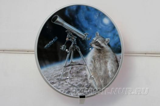 «Енот и космос» аэрография на  тарелке спутникового телевидения 2012 г.