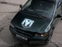 Dodge Caravan аэрография логотипа на капоте